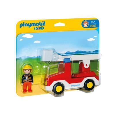 Πυροσβέστης με κλιμακοφόρο όχημα